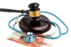 Stethoskop mit Richterhammer, Geld lokalisiert auf Weiß Stockfoto