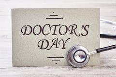 Stethoskop nahe Doktor ` s Tageskarte Stockfoto