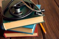 Stethoskop und alte Bücher Stockfoto