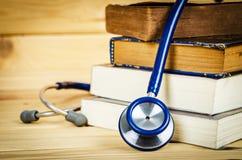 Stethoskop und alte Bücher Stockbild