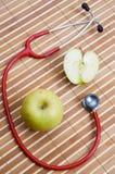 Stethoskop und Apfel lizenzfreies stockfoto