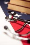 Stethoskop und Bücher auf amerikanischer Flagge Lizenzfreies Stockfoto