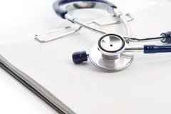 Stethoskop und Checkliste Stockfoto