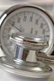 Stethoskop und Druckanzeiger Stockfotografie