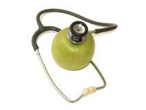 Stethoskop und ein grüner Apfel Stockbild