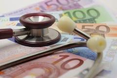 Stethoskop und Euro lizenzfreie stockfotos