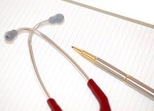 Stethoskop und Feder auf gezeichnetem Papier Lizenzfreie Stockbilder