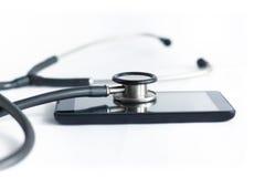 Stethoskop und Handy Lizenzfreies Stockfoto