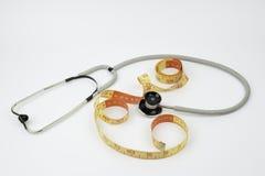 Stethoskop und herstellen Meter auf weißem Hintergrund Stockbild