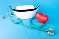 Stethoskop- und Krankenschwesterhut Lizenzfreie Stockbilder