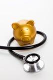 Stethoskop und Piggy Querneigung stockfotos
