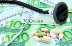 Stethoskop und Pillen Stockbilder