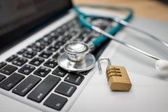 Stethoskop und Schlüssel auf Tastatur Stockbild