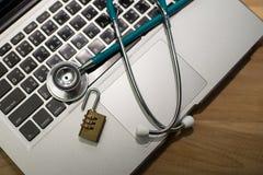 Stethoskop und Schlüssel auf Tastatur Stockfotografie