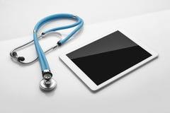 Stethoskop- und Tablettennotenauflage Lizenzfreies Stockfoto