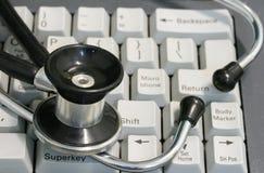 Stethoskop und Tastatur Stockbild