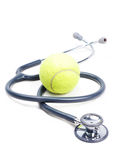 Stethoskop und Tennisball Lizenzfreie Stockbilder
