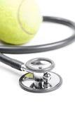 Stethoskop und Tennisball Lizenzfreie Stockfotos