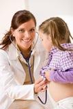 stetoscope för kvinnlig för barndoktor undersökande fotografering för bildbyråer