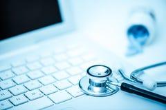 Stetoscope médico en el teclado Imagen de archivo