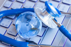 Stetoscope und Glaskugel Lizenzfreie Stockbilder