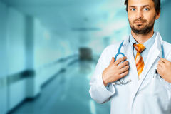 Stetoscopio amichevole del dottore Holds Hand On Concetto di assicurazione della medicina di cura della gente immagini stock