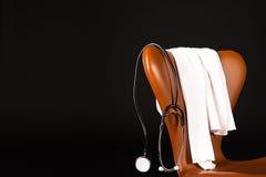 Stetoscopio che appende sopra la presidenza Fotografia Stock