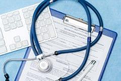 Stetoscopio che pone sopra il rapporto di emergenza dei medici Immagini Stock Libere da Diritti