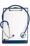 Stetoscopio che si trova sulla lavagna per appunti con il foglio bianco di carta Immagine Stock