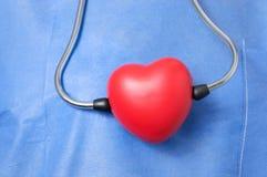 Stetoscopio con forma rossa del cuore Immagine Stock Libera da Diritti