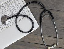 Stetoscopio con i risultati dei test di prescrizione nella stanza di consulto di medico fotografia stock libera da diritti