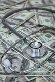 Stetoscopio con le banconote del dollaro di Stati Uniti Fotografie Stock Libere da Diritti