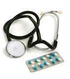 Stetoscopio con le pillole in imballaggio Immagine Stock