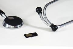 Stetoscopio e carta SIM Fotografia Stock Libera da Diritti
