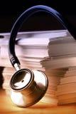 Stetoscopio e carte di carta Fotografie Stock Libere da Diritti