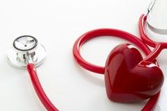 Stetoscopio e cuore rossi immagini stock