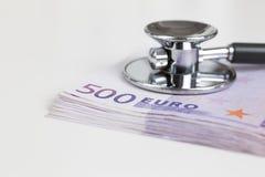Stetoscopio e 500 euro note Immagini Stock