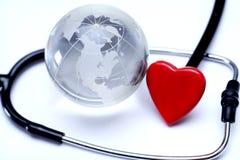 Stetoscopio e globo con cuore Fotografia Stock