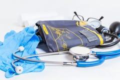 Stetoscopio e monitor di pressione sanguigna Fotografia Stock Libera da Diritti