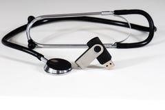Stetoscopio e pendrive Fotografie Stock Libere da Diritti