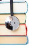 Stetoscopio e pila di libri immagine stock