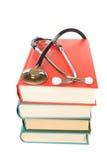 Stetoscopio e pila di libri fotografia stock