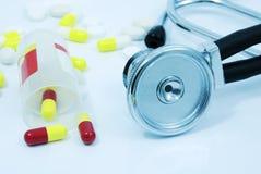 Stetoscopio e pillole con la tinta blu immagini stock