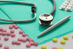Stetoscopio e pillole il desktop Immagine Stock Libera da Diritti