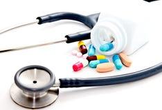 Stetoscopio e pillole variopinte Immagine Stock