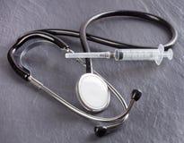 Stetoscopio e siringa Fotografia Stock Libera da Diritti