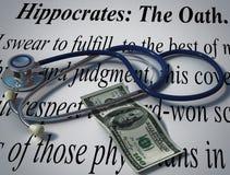 Stetoscopio e soldi con il giuramento di Ippocrate Immagini Stock Libere da Diritti