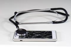 Stetoscopio e telefono sulla tavola bianca Immagine Stock