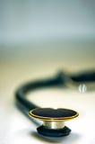 Stetoscopio isolato con priorità bassa vaga Fotografia Stock