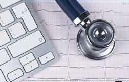 Stetoscopio medico che si trova sulla tastiera di computer del grafico del cardiogramma Prevenzione di protezione della salute di fotografie stock libere da diritti